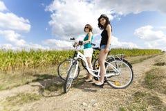 Meisje die haar fiets berijden Stock Foto's