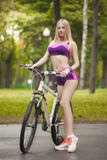 Meisje die haar fiets in een mooie en Zonnige dag berijden Stock Foto's