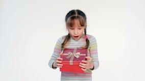Meisje die haar gift openen stock footage