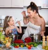 Meisje die haar moeder helpen die gezonde maaltijd voorbereiden Royalty-vrije Stock Foto
