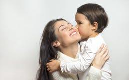 Meisje die haar neef kussen royalty-vrije stock foto