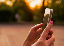 Meisje die haar slimme telefoon van het aanrakingsscherm met behulp van Stock Foto
