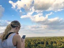 Meisje die haar telefoon met behulp van royalty-vrije stock afbeeldingen