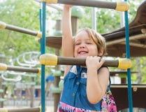 Meisje die handigheid ontwikkelen bij speelplaats royalty-vrije stock foto's