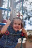 Meisje die handigheid ontwikkelen bij speelplaats stock foto's