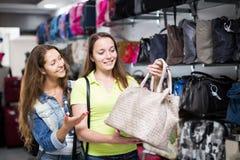 Meisje die handtas in commercieel centrum selecteren Royalty-vrije Stock Foto's