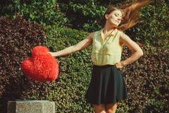 Meisje die hart werpen in dumpster Royalty-vrije Stock Afbeeldingen