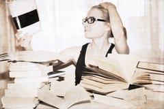 meisje die het boek lezen Royalty-vrije Stock Afbeelding