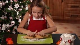 Meisje die het deeg van het Kerstmiskoekje uitrekken stock video