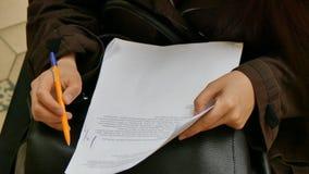 Meisje die het document van de nota'spen nemen stock videobeelden