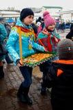 Meisje die het drogen en snoepjes verdelen bij Carnaval-Festival royalty-vrije stock foto's