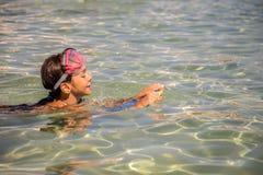 Meisje die in het duiken masker met raad zwemmen Royalty-vrije Stock Foto's