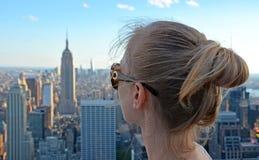 Meisje die het Empire State Building bekijken Stock Foto