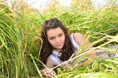 Meisje die in het groene gras liggen Royalty-vrije Stock Afbeelding