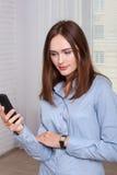 Meisje die het het adresboek van de telefoon bekijken royalty-vrije stock afbeeldingen