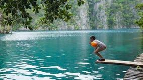 Meisje die in het meer springen stock footage