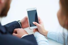 Meisje die het mobiel telefoonscherm tonen Stock Afbeeldingen