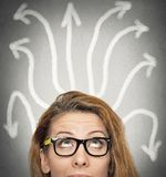 Meisje die het zoeken van onzekere oplossing denken vector illustratie