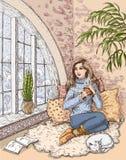 Meisje die hete thee drinken dichtbij het venster Royalty-vrije Stock Afbeeldingen