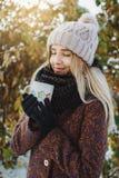 Meisje die hete thee in openlucht in de winter drinken royalty-vrije stock afbeeldingen