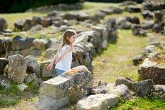 Meisje die historische ruïnes bezienswaardigheden bezoeken Stock Afbeeldingen