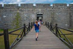 Meisje die in hoofdingang van Castillo DE San Marcos Fort in de Historische Kust van Florida lopen royalty-vrije stock foto's