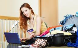 Meisje die hotel online reserveren stock foto's