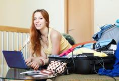 Meisje die hotel op Internet reserveren die laptop met behulp van Stock Afbeeldingen