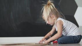 Meisje die houten speelgoed thuis spelen stock footage