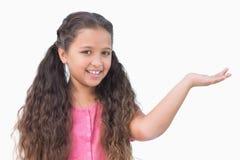 Meisje die iets voorstellen Stock Foto's