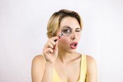 Meisje die iets zoeken door een meer magnifier lens Stock Foto