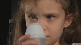 Meisje die inhalatie maken procedureinhalatie van kind stock video