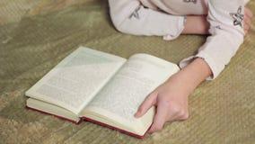 Meisje die interessant boek over avonturen lezen, gelukkige kinderjaren, dromen stock foto