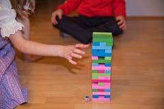 Meisje die Jenga-spel spelen Royalty-vrije Stock Foto's