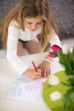 Meisje die kaart maken voor moederdag Stock Afbeelding