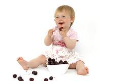 Meisje die kersen eten Stock Foto's