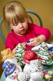 Meisje die Kerstmisdecoratie maken Stock Foto
