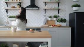 Meisje die in keuken dansen stock footage
