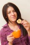 Meisje die Koekje eten en Koffie drinken Stock Afbeelding