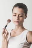 Meisje die kosmetische borstel houden Royalty-vrije Stock Afbeeldingen