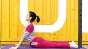 Meisje die in Kostuum Slang maken van de Yoga stellen stock footage