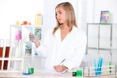 Meisje in laboratorium stock foto's