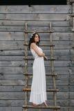 Meisje die ladder beklimmen in boomhuis stock fotografie