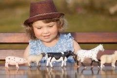 Meisje die landbouwbedrijfdieren bestuderen Stock Fotografie