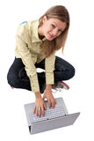 Meisje die laptop met behulp van royalty-vrije stock afbeelding
