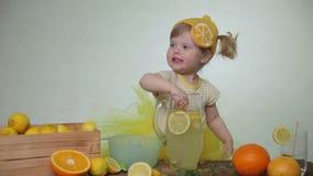 Meisje die limonade maken stock videobeelden