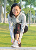 Meisje die loopschoenen proberen die klaar voor jogging worden Stock Afbeeldingen