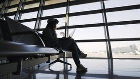 Meisje die in luchthaven wachten stock video