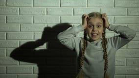 Meisje die luid, kidnaping slachtoffer bang van misdadigers, geweld gillen stock footage