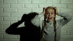Meisje die luid, kidnaping slachtoffer bang van misdadigers, geweld gillen stock fotografie